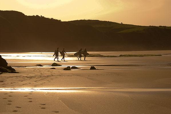 Surfistas en el Arenal de Morís